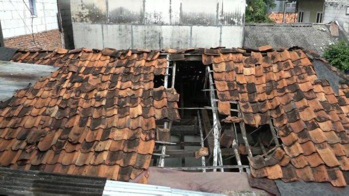 Atap rumah warga yang roboh di kawasan Kuningan Barat, Mampang Prapatan, Jakarta Selatan, Senin (2/8/2021).