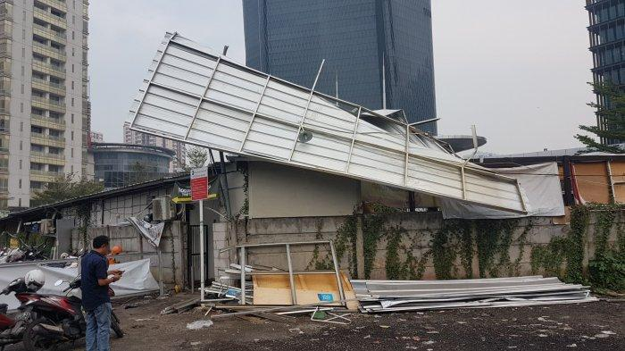 Angin Kencang di Rasuna Said, Pengunjung Pusat Kuliner Selamatkan Diri Masuk Kolong Meja