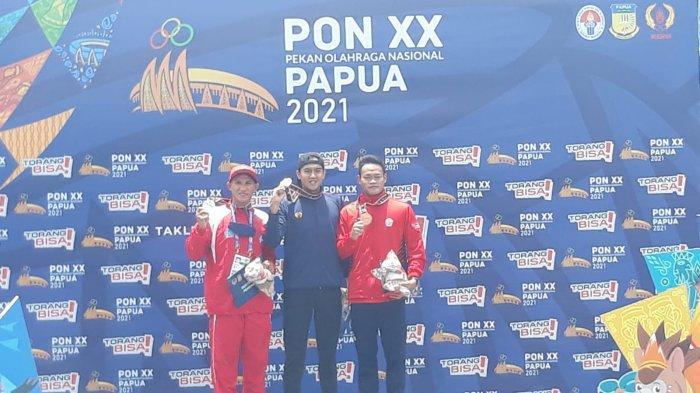 Perenang asal Jawa Barat, Athalarik Maulidio berhasil menjadi yang tercepat di cabor selam laut nomor finswimming PON Papua di Teluk Yos Sudarso, Kota Jayapura, Senin (11/10/2021).