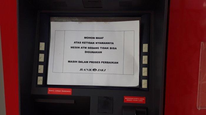 Tampak pemberitahuan ATM Bank DKI Jakarta di Pasar Ciracas yang tidak bisa digunakan sementara waktu di Jakarta Timur, Rabu (21/7/2021).