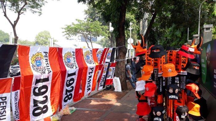 Sejak Pagi, Pedagang Atribut Persija Jakarta Banjiri Kawasa GBK