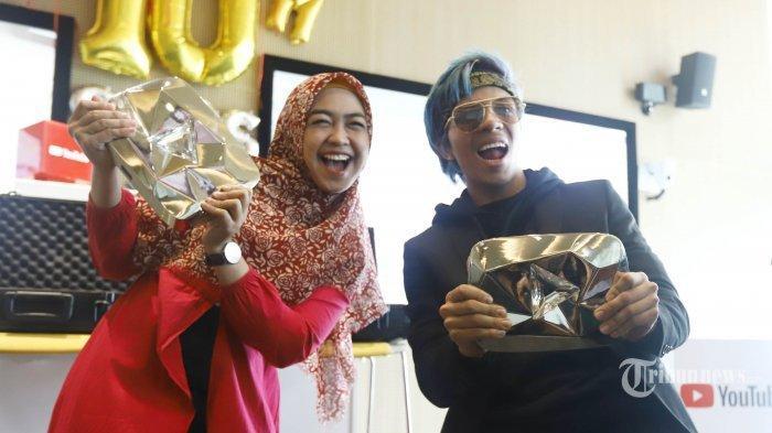Youtuber Ria Ricis dan Atta Halilintar menghadiri acara pemberian YouTube Diamond Award di kantor Google Indonesia, di Jakarta, Rabu (20/2/2019). Pemberian Diamond Award tersebut karena dua konten kreator tersebut berhasil mendapatkan 10 juta subscribers pada kanal mereka. TRIBUNNEWS/HERUDIN