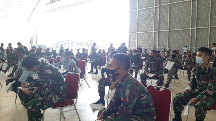Ratusan personel Lanud Halim Perdakusuma jalani vaksinasi Covid-19 di hanggar Skadron Udara 45, Makasar, Jakarta Timur, Selasa (9/3/2021)