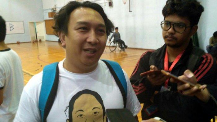 Muncul Berbaju Tahanan, Artis Komedi Augie Fantinus Hindari Wartawan