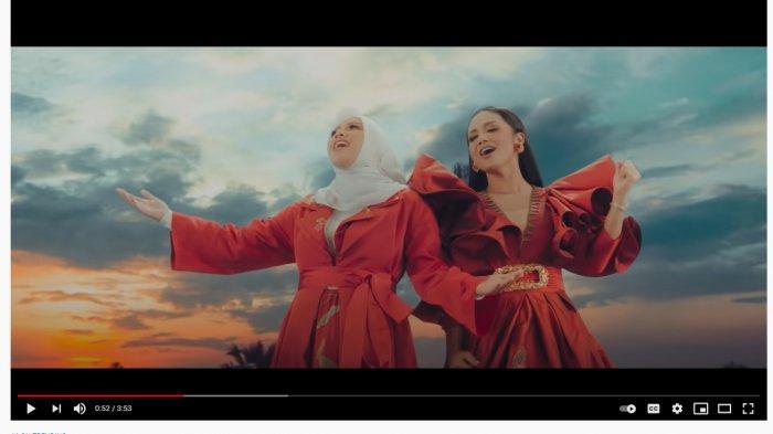 Aurel Hermansyah dan Krisdayanti di video klip This Is Indonesia.