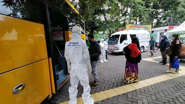 Antar Jemput Lansia di Sentra Vaksinasi Jakarta Utara Manfaatkan Bus Sekolah