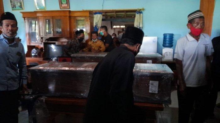 Ayah korban, Wagiyo bersimpuh di depan peti kedua anaknya yang tewas dalam kecelakaan pesawat Sriwijaya Air SJ182, Minggu (31/1/2021). Orang tua korban, Wagiyo tak kuasa menahan air matanya ketika melihat kedua putranya telah tiada