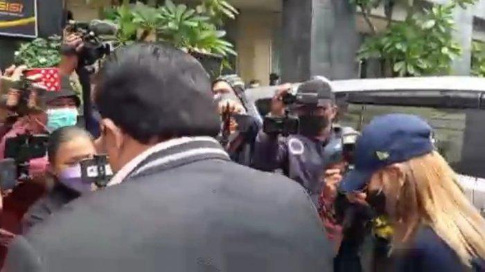 Datangi Polda Metro Jaya, Ayu Ting Ting Klarifikasi Laporan Penghinaan Oleh Akun @gundik_empaeng