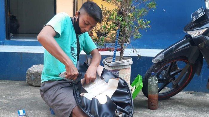 Dipecat karena Pandemi, Kisah Satpam Bank Banting Setir Jadi Tukang Servis Jok Keliling