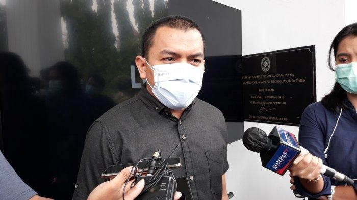 Anggota tim kuasa hukum Rizieq Shihab, Aziz Yanuar saat memberi keterangan terkait pengajuan permohonan penangguhan penahanan di Pengadilan Negeri Jakarta Timur, Kamis (5/5/2021)
