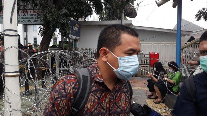 Anggota tim kuasa hukum Rizieq Shihab, Aziz Yanuar saat memberi keterangan di Pengadilan Negeri Jakarta Timur, Kamis (17/6/2021).