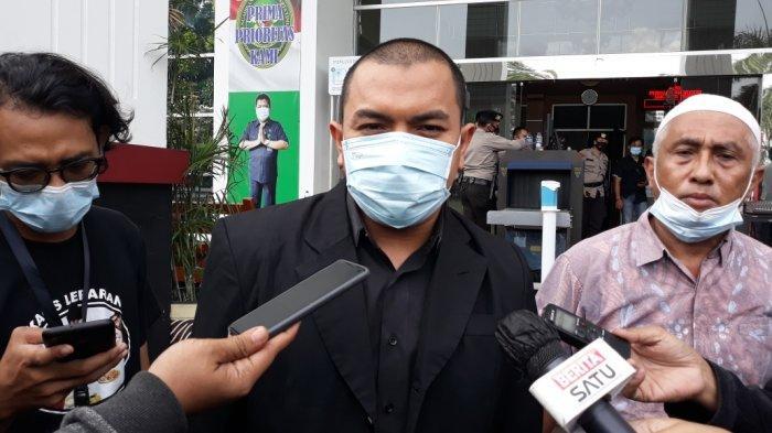 Anggota tim kuasa hukum Rizieq Shihab, Aziz Yanuar saat memberi kerumunan di Pengadilan Negeri Jakarta Timur, Kamis (24/6/2021).