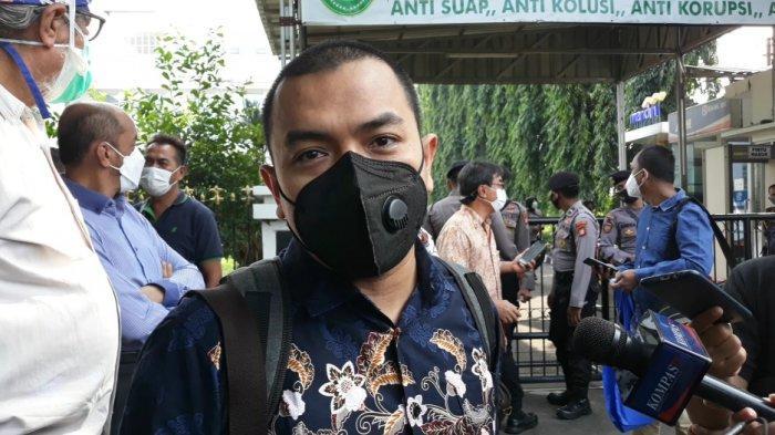 Anggota tim kuasa hukum Rizieq Shihab, Aziz Yanuar saat memberi keringanan terkait pleidoi di Pengadilan Negeri Jakarta Timur, Rabu (19/5/2021).