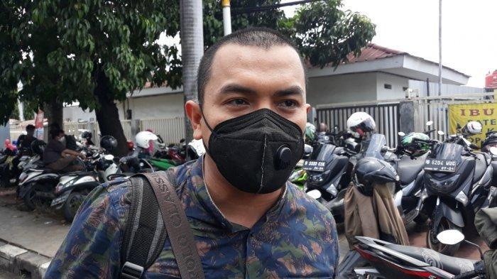 Anggota tim kuasa hukum Rizieq Shihab, Aziz Yanuar saat memberi keterangan terkait tanggapan JPU atas eksepsi kasus dugaan tindak pidana karantina kesehatan di Pengadilan Negeri Jakarta Timur, Rabu (31/3/2021).