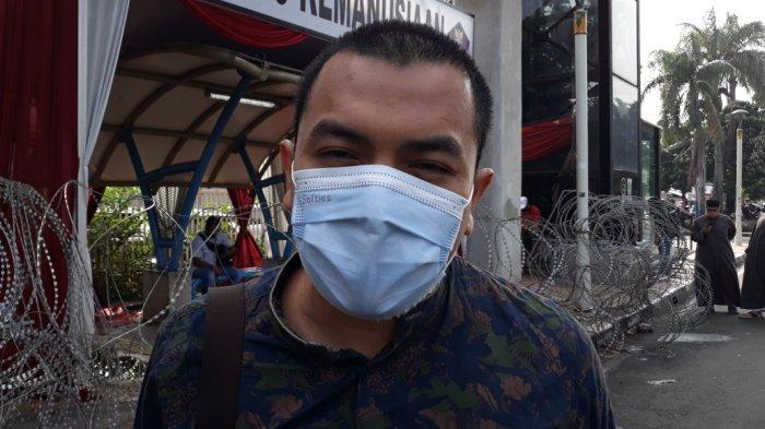 Anggota tim kuasa hukum Rizieq Shihab, Aziz Yanuar saat memberi keterangan terkait sidang dugaan tindak pidana karantina kesehatan di Pengadilan Negeri Jakarta Timur, Kamis (6/5/2021).