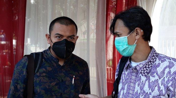 Anggota tim kuasa hukum Rizieq Shihab, Aziz Yanuar (kiri) saat memberi keterangan terkait kasus kerumunan warga Petamburan di Pengadilan Negeri Jakarta Timur, Senin (26/4/2021).