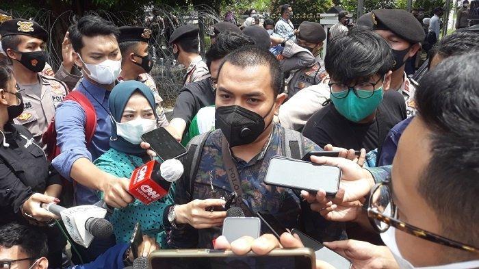 Anggota tim kuasa hukum Rizieq Shihab, Aziz Yanuar saat memberi keterangan terkait hasil sidang putusan sela di Pengadilan Negeri Jakarta Timur, Selasa (6/4/2021).