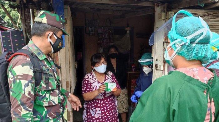 Aparat TNI Bantu Distribusikan Paket Obat untuk Warga Isoman di Ciracas