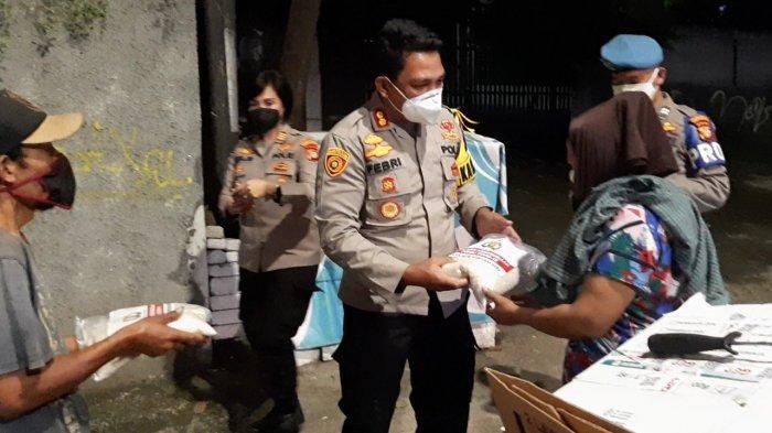 Kapolsek Metro Kebayoran Baru AKBP Febri Isman Jaya memberikan bantuan sosial berupa beras saat menggelar patroli skala besar di Jalan Wijaya 1 dan Jalan Pangeran Antasari, Jakarta Selatan, Jumat (23/7/2021) malam.