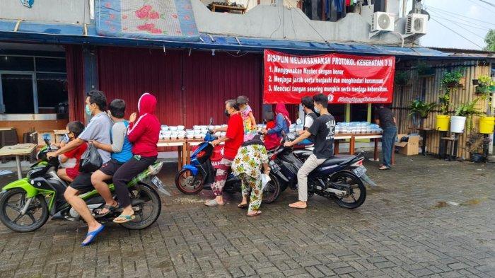 Korban Banjir Cipinang Melayu Bisa Ambil Makanan Gratis yang Dibagikan Pospera dan Pena 98