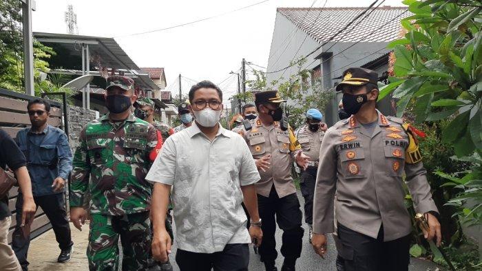 Suasana pemberian sembako yang dilakukan petugas gabungan di Kampung Tangguh Jaya RW 9 Kelurahan Penggilingan, Cakung, Jakarta Timur, Selasa (19/1/2021)