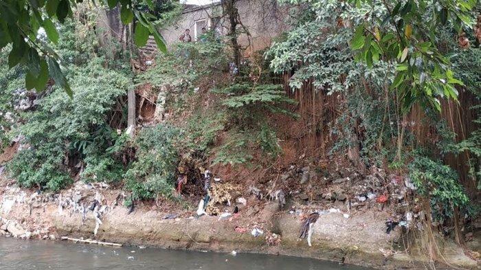Warga Manggarai Selatan Resah dengan Tumpukan Karung Bebatuan di Bantaran Sungai Ciliwung