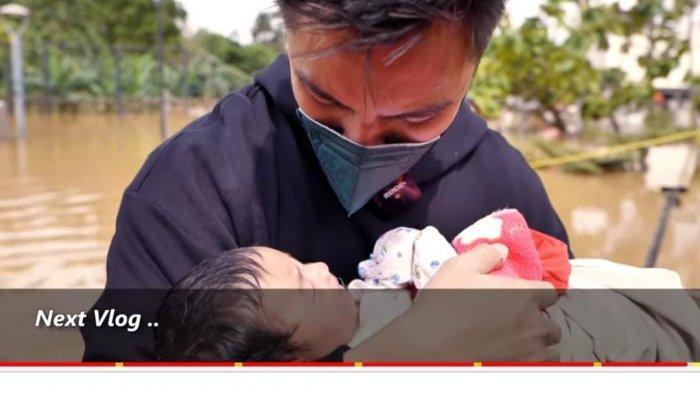 Bantu Evakuasi, Baim Wong Gendong Bayi Baru Lahir Korban Banjir di Jabodetabek: Hallo Sayang