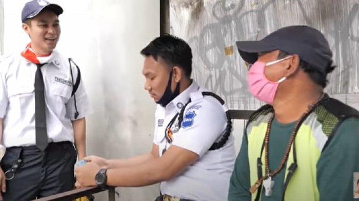 Ketika Baim Wong Nyamar Jadi Satpam Bagi-bagi Uang dan Lunasi Cicilan Motor Tukang Parkir
