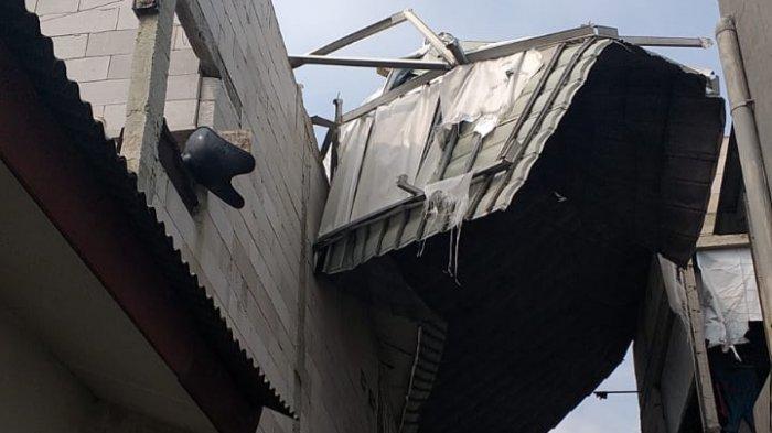 Dihempas Angin Kencang, Petugas Damkar Turun Evakuasi Baja Ringan Atap Rumah Warga di Cilangkap