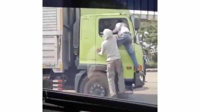 Tangkapan layar video viral aksi bajing loncat di Jalan Raya Cilincing, Jakarta Utara.