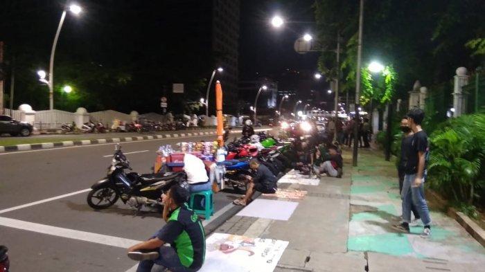 Sejumlah pesepeda motor berkumpul untuk balapan liar, di Jalan Medan Merdeka Timur, Jakarta Pusat, Jumat (11/12/2020) dini hari.