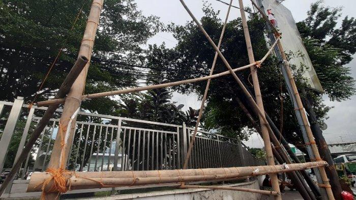 Baliho bergambar Imam Besar Front Pembela Islam Habib Rizieq Shihab dicopot di Petamburan, Jumat (20/11/2020).