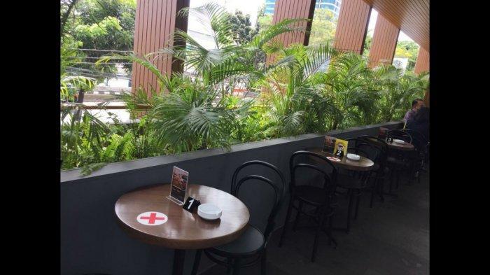Sebuah balkon yang ditumbuhi beberapa tanaman juga melengkapi suasana segar tepat di belakang bar. Pengunjung bisa ngopi sambil bersantai di sini.