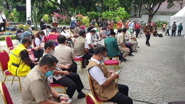 Tak seperti Presiden Jokowi dan Gubernur Jawa Barat Ridwan Kamil, Anies tak mengundang influencer atau artis saat menjalani vaksin Covid-19.