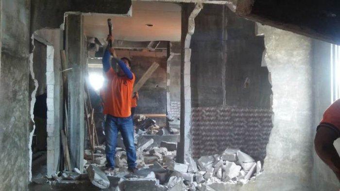 Tak Sesuai IMB, Sebuah Bangunan di Pejaten Timur Dirobohkan