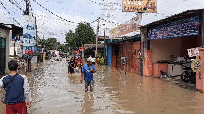 Penampakan Akses Jalan Utama Tambun Utara Lumpuh Terendam Banjir Luapan Kali Bekasi