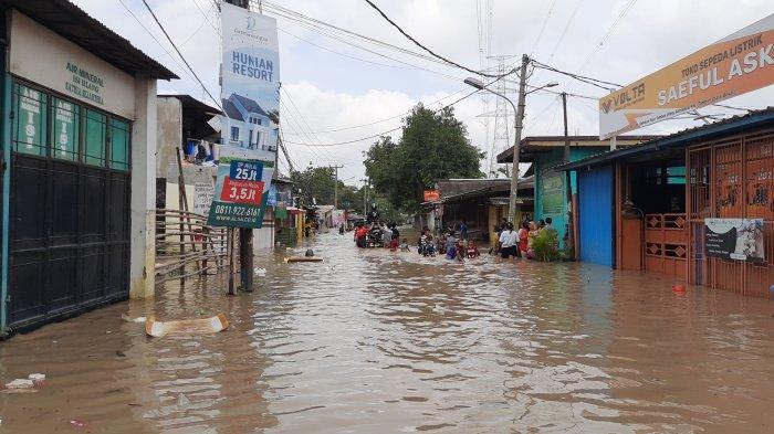 Banjir melumpuhkan akses jalur utama Kecamatan Tambun Utara di Jalan Pisangan, Kabupaten Bekasi akibat luapan Kali Bekasi, Senin (8/2/2021).