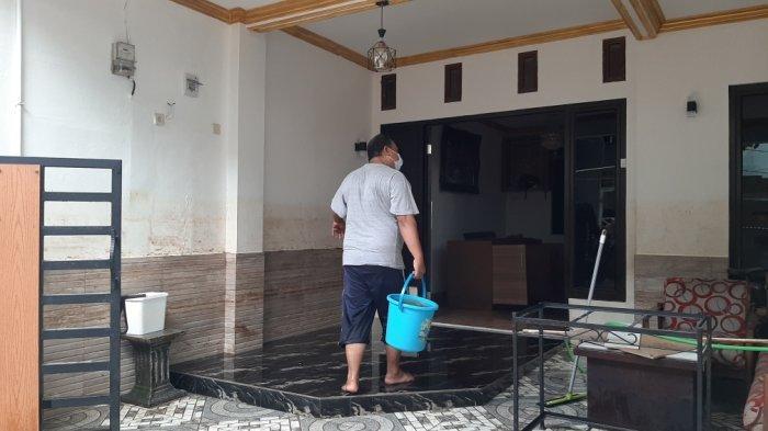 Banjir mulai surut, korban banjir Cipinang Melayu mulai bersihkan rumah mereka dari sampah dan lumpur, Minggu (21/2/2021).