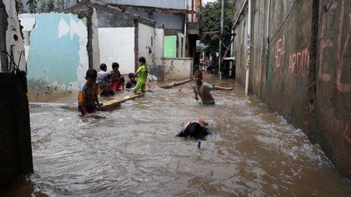 Permukiman warga Kelurahan Cipinang Melayu korban banjir luapan PHB Sulaiman di Makasar, Jakarta Timur, Selasa (16/2/2021).
