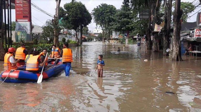 Jalan RA Kartini Lumpuh Akibat Banjir Limpasan Kali Bekasi