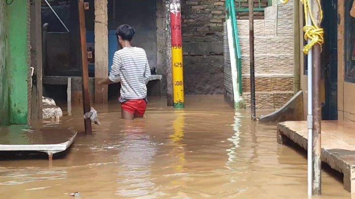 Banjir Kiriman, Warga Kebon Pala Jatinegara Jakarta Timur Pilih Bertahan di Rumah