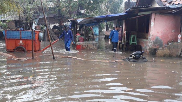 Banjir di permukiman warga Kelurahan Cipinang Melayu, Kecamatan Makasar, Jakarta Timur, Sabtu (24/7/2021).
