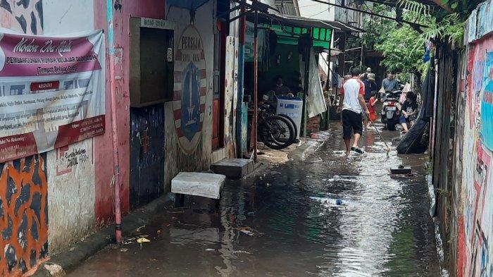 Banjir di Kuningan Barat sudah mulai surut, warga bersihkan sisa-sisa genangan air dan lumpur, Minggu (21/2/2021).