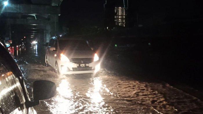 Banjir menggenangi Jalan Pegangsaan Dua, Kelapa Gading, Jakarta Utara, Sabtu (29/5/2021) malam.