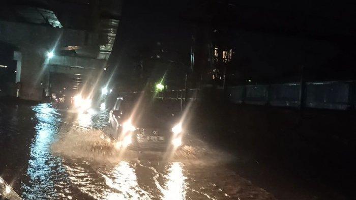 Drainase Tak Berfungsi saat Hujan Deras, Jalan Pegangsaan Dua Jakut Tergenang Air Setinggi 30 Cm