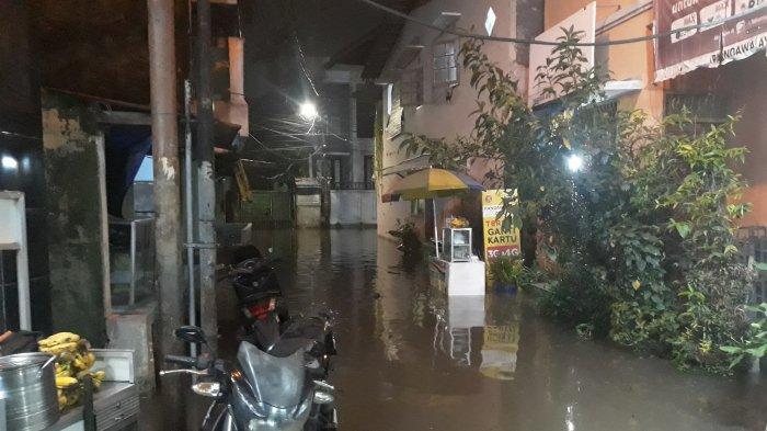Hujan Deras Guyur Jakarta, Permukiman Warga Petogogan Terendam Banjir Setinggi Perut Orang Dewasa