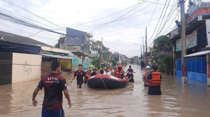 Banjir di Perumahan Pondok Gede Permai (PGP) Jatiasih, Kota Bekasi, Jumat (19/2/2021).