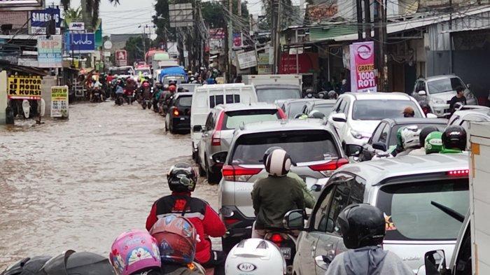Penampakan Banjir di Simpang Mampang Depok, Jalan Raya Sawangan Macet Total