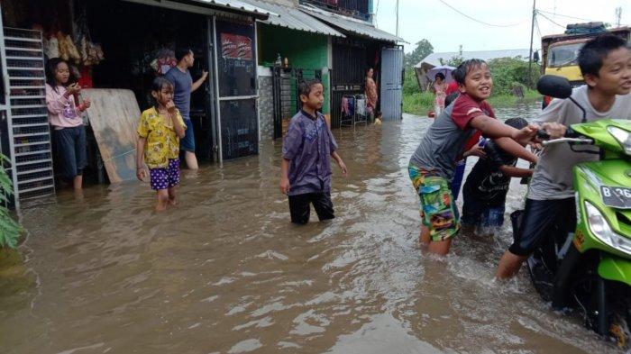 Diguyur Hujan Seharian, Tangerang Terendam Banjir Setinggi 70 Cm, Warga: Kayak Wahana Air
