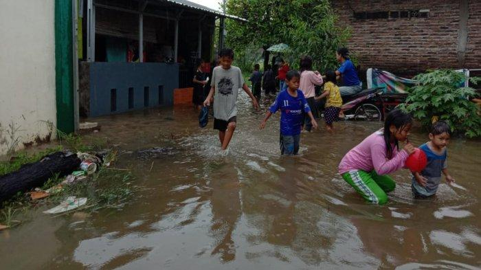 Banjir setinggi 70 sentimeter yang menggenangi kawasan Kota Tangerang akibat diguyur hujan deras sejak pagi hari, Selasa (16/2/2021).